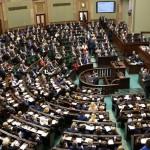 Sondaż: Tylko w pełni zjednoczona opozycja ma szanse wygrać z PiS